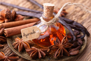 Ayurveda Medizin - Massage mit Gewürz Öl